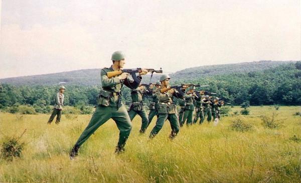военнослужащие с автоматами АК 01