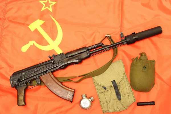 АКМС с принадлежностями на фоне флага СССР 01