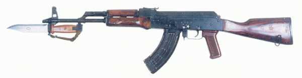 7,62 мм модернизированный автомат АКМ с компенсатором, магазином из легкого сплава и штыком ножом (инд. 6Х4). Вид слева, штык примкнут