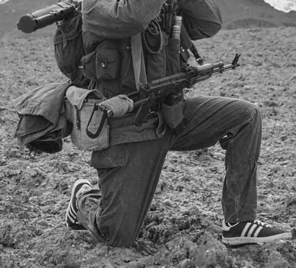 военнослужащий а автоматом АКМС в Афганистане 01
