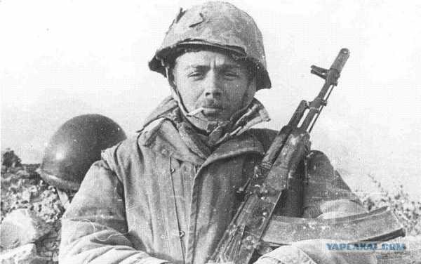 военнослужащий с автоматом АК 74 07