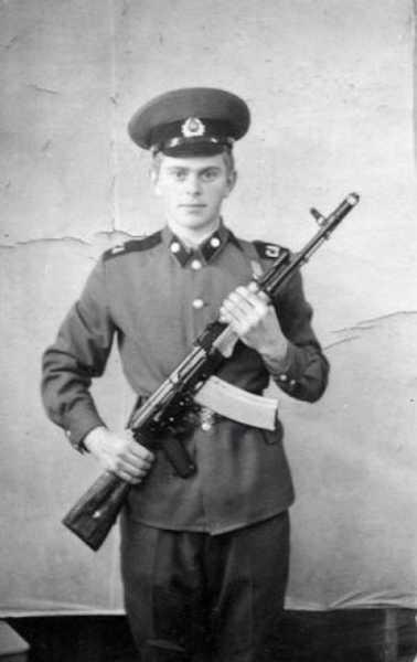 военнослужащий с автоматом АК 74 08