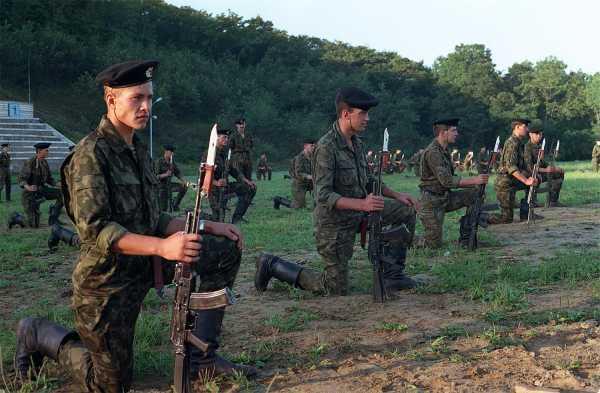 морские пехотинцы с автоматами АКC 74 с примкнутыми к ним штык ножами 6Х4 (01)