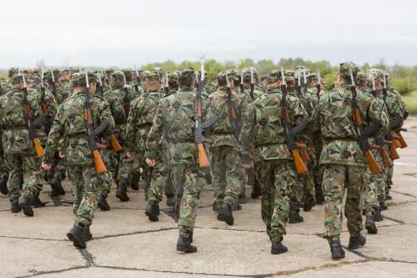 военнослужащие с автоматами Калашникова 01