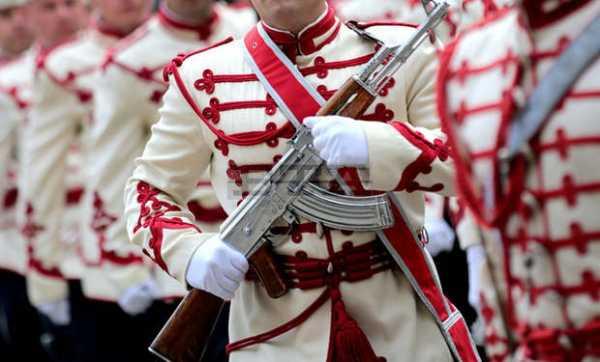 гвардеец с хромированным автоматом Калашникова 03
