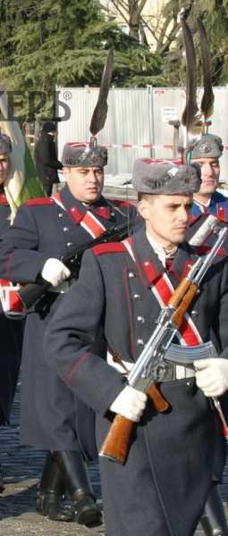 гвардеец с хромированным автоматом Калашникова 02