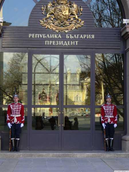 Национальной гвардейской части Болгарии в зимней униформе с карабинами СКС 01