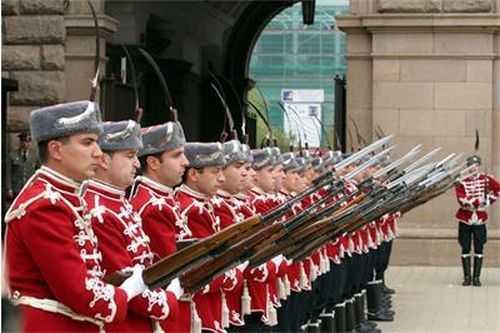 Национальной гвардейской части Болгарии с карабинами СКС 17