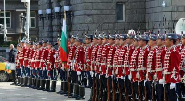 Национальной гвардейской части Болгарии с карабинами СКС 27