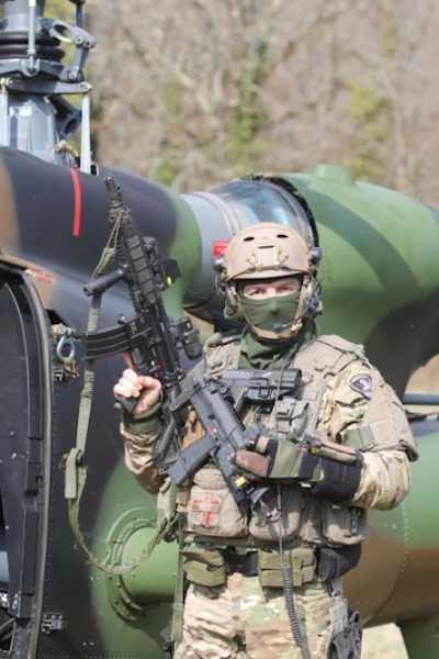 Боец французских сил специального назначения с автоматической винтовкой Heckler & Koch HK416
