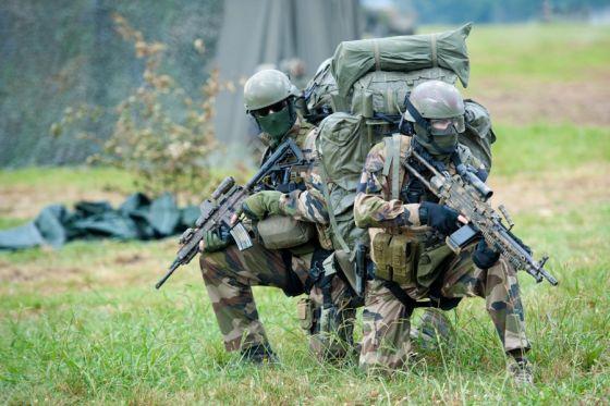 Французский военнослужащий (слева) с 5,56 мм автоматической винтовкой Heckler&Koch HK416A5 (01)