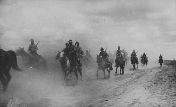 Румынские кавалеристы на марше по дороге у Азовского моря