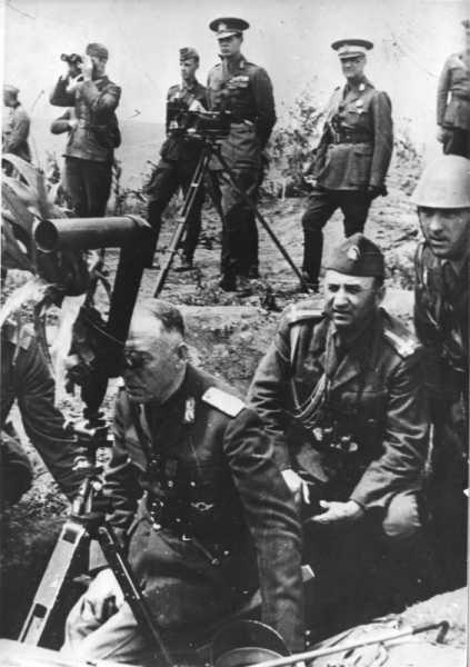 Король Румынии Михай I наблюдает за действиями военных на учениях