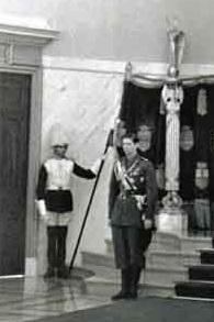 Гвардеец Роты алебардистов Королевской гвардии Румынии с эспонтоном обр. 1937 года (Королевский дворец, Бухарест, 1939 год) 01
