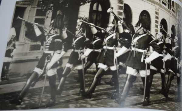 Трубачи Конногвардейского полка с французскими кавалерийскими палашами обр. 1882 года (1938 год)