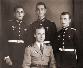 лётчики на обучении в Венгрии вместе со своим венгерским инструктором, 1943 год 01