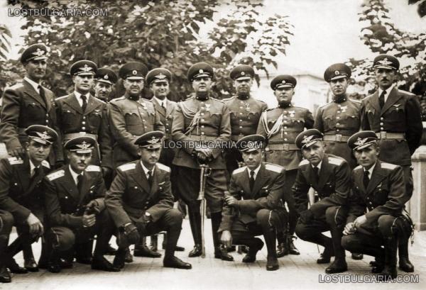 офицеры, в т.ч. лётчики с кортиками 04