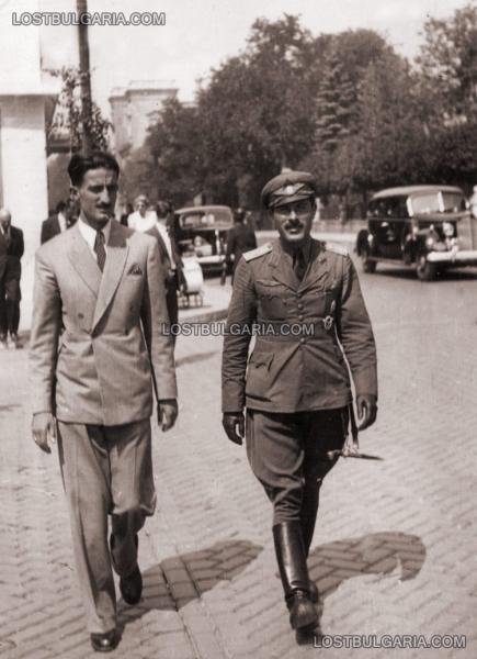 лётчик офицер (справа) с кортиком. Площадь Национального собрания, София (1930 е годы) 01