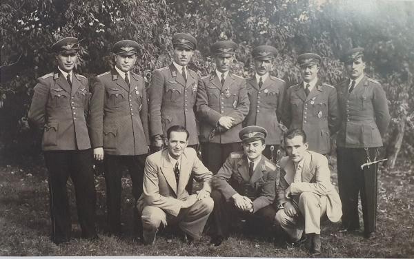 офицеров ВВС Болгарии в домашней форме при авиационных кортиках обр. 1930 года. Торунь (Польша), 1938 год