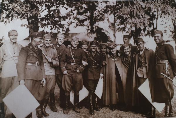офицеров и подофицеров ВВС Болгарии с авиационными кортиками обр. 1930 года. Попово, 1937 год
