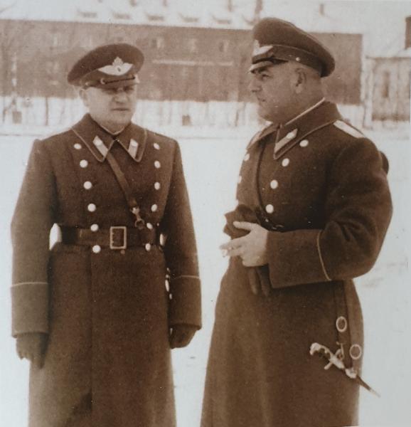 офицеры ВВС в зимней повседневно форме обр. 1940 года с авиационными кортиками обр. 1930 года. Марино поле, 1942