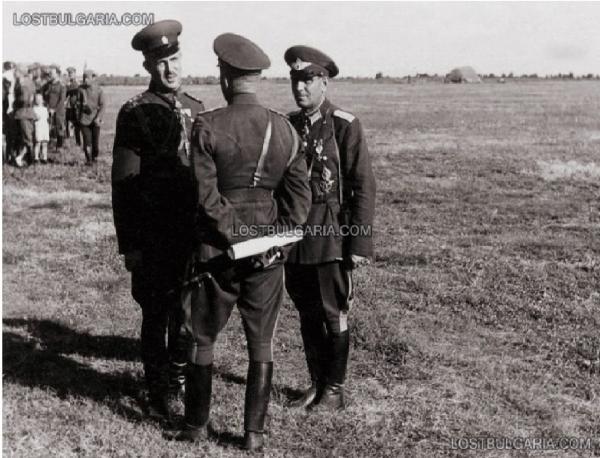 генерал Никола Грозданов. Справа полковник Тодор Рогев. Аэродром возле Стара Загора, 1943 год 01
