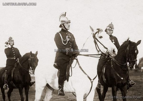 на парад в Борисовата градина, в средата на бял кон   легендарният командир Юрий Захарчук, София 1933 г.