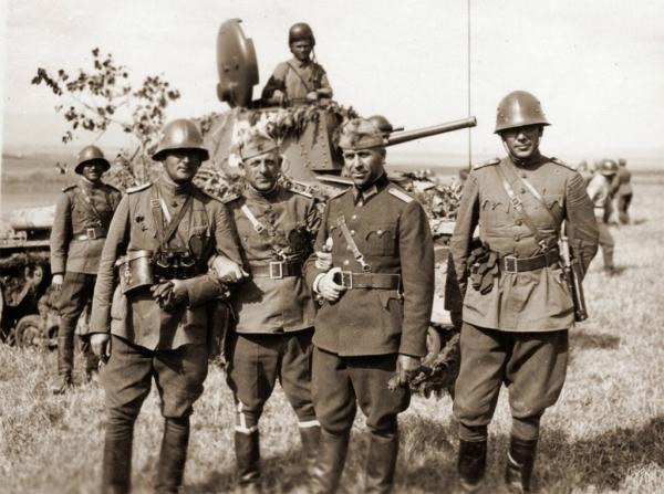 офицеры на фоне чешского среднего танка (состоящего на вооружении армии Болгарии)
