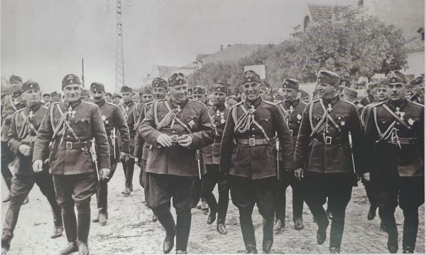 болгарской армии с армейскими офицерскими кортиками обр. 1936 года. Попово, 1937 год