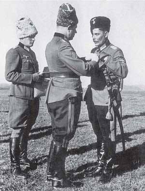 фон Панвиц вручает генералу Кононову Железный крест 2 класса (01)