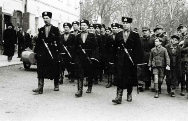 казаков из состава Русского охранного корпуса в Югославии. Белград, 1942 год