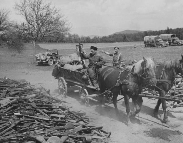 XV го кавалерийского корпуса вермахта бросает 7,92 мм карабин Маузера