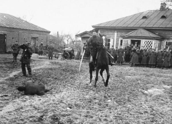 полицай на потеху венгерским оккупантам рубит шашкой пленных советских партизан 01