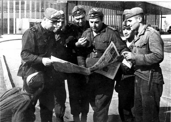 солдаты и офицеры за чтением газеты «Народная армия». Прага, сентябрь 1968 года