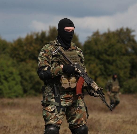 солдат с автоматом АК и боевым ножом 01