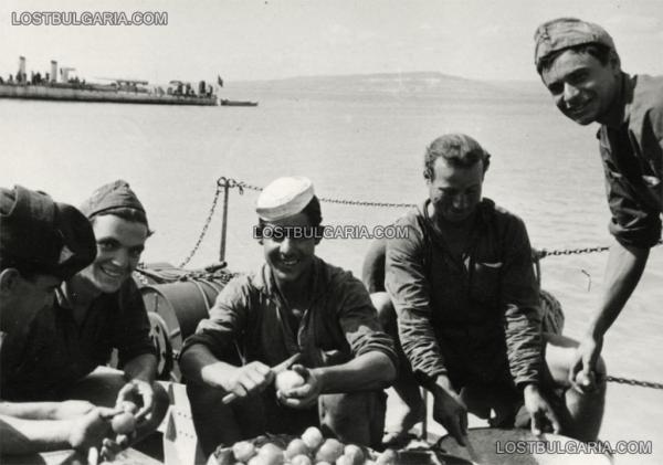 матрос чистит картошку (Ежедневна работа на борда на торпеден катер), лето 1943 г.