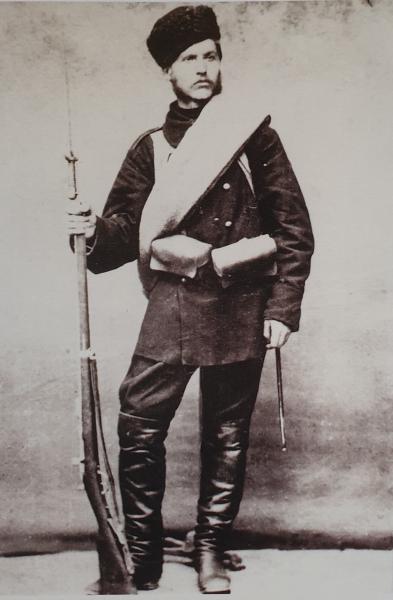 ополченец Пётр Берковский в походной форме с винтовкой Шасспо обр. 1866 года с примкнутым штыком. Плоешти
