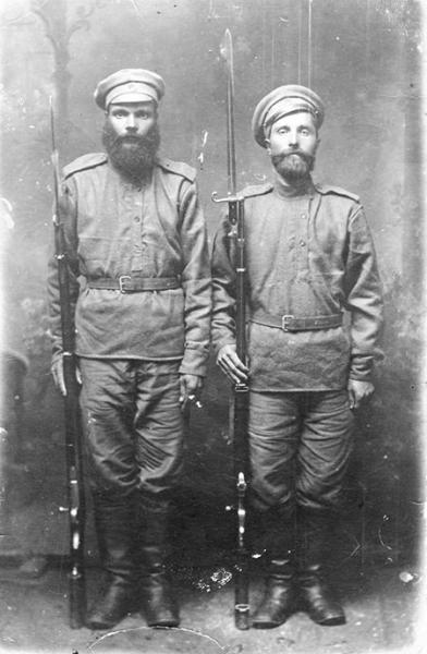 солдаты с иностранными винтовками. Слева японская Арисака, справа старая итальянская винтовка Веттерли