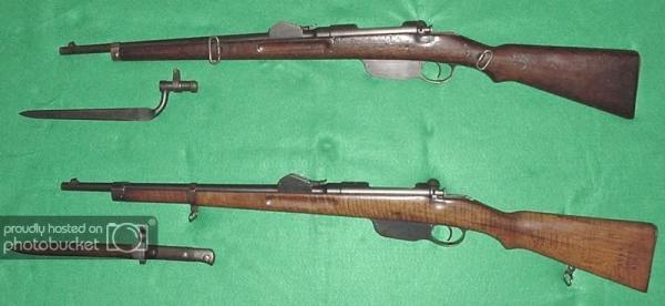 между кавалерийскими и жандармерийскими карабинами М.90 и штыков к ним; вверху   кавалерийский, внизу   жандармерийский карабин М.90