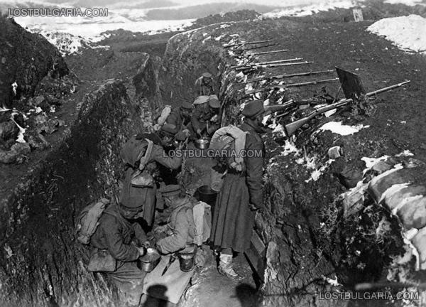 войници се хранят на позиция в окопите. ПМВ, 1918 г.