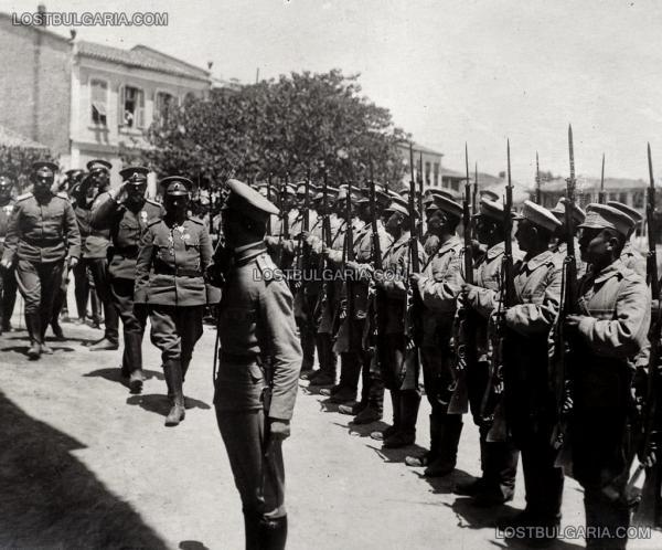 генерал Никола Жеков извършва преглед на гарнизона на град Гюмюрджина (Комотини в дн. Гърция), 1915 г.
