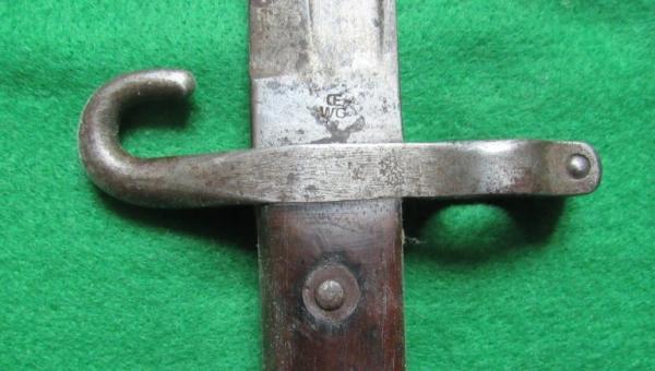 приемна маркировка – контурен лъв, на кръстачката на подофицерски щик за М88