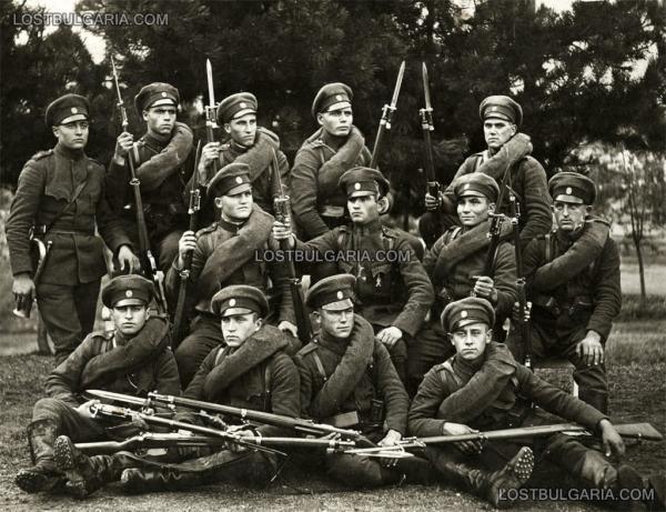 солдаты с винтовками Манлихера с примкнутыми штыками. 1930 е годы 02