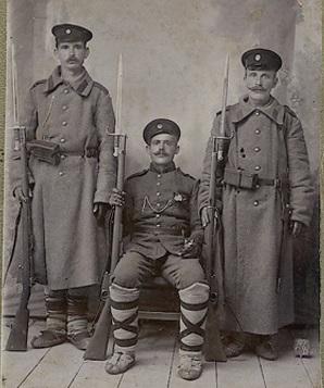 военнослужащие предпол. с турецкими винтовками Маузер М1890 с примкнутыми штыками. Студийное фото. ПМВ 02