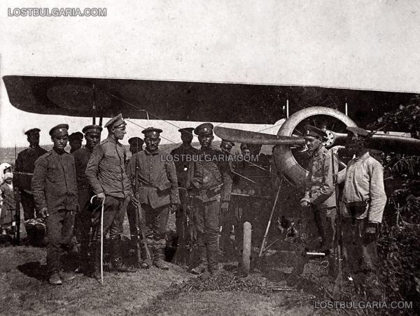 1918 г., Струмски фронт, български офицери и войници пред пленен вражески, френски самолет Нюпорт (Nieuport)