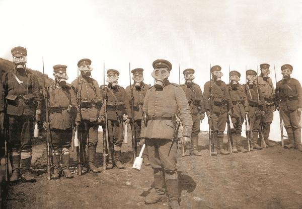 военнослужащие в противогазах и с винтовками. ПМВ (01)