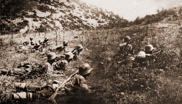 солдаты на тренировке по преодолению проволочных заграждений, ПМВ, 1917 год