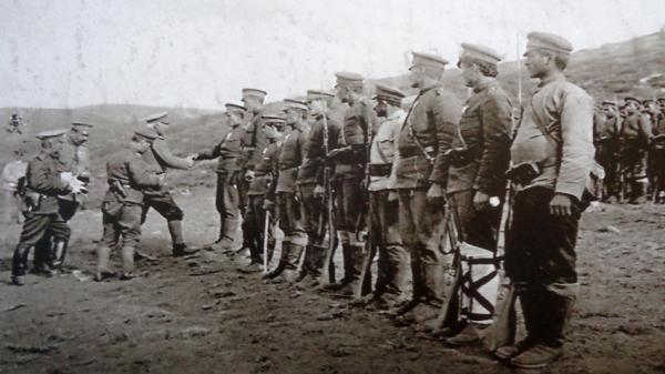 солдатам 4 го пехотного Плевенского полка вручаются награды – крест «За храбрость», ПМВ, Южный фронт, 1916 г.
