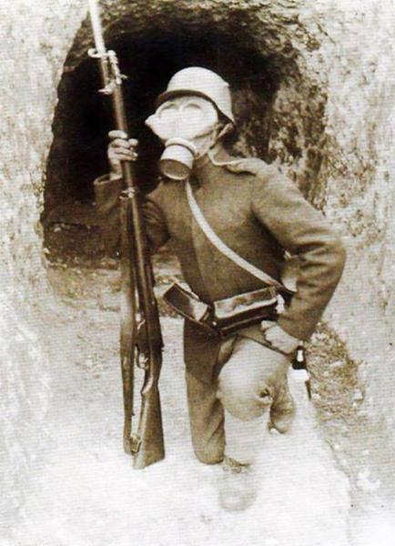 войник с противогаз пред тунел към укритията на Дойранската позиция