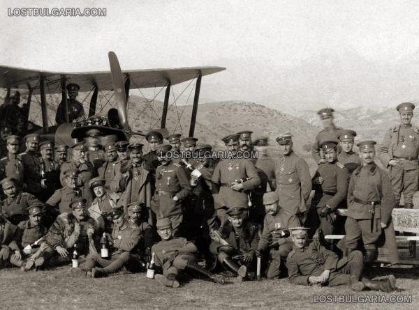 от пехотата и кавалерията, българи и германци, на гости на авиаторите на летище Белица, 1917 г.